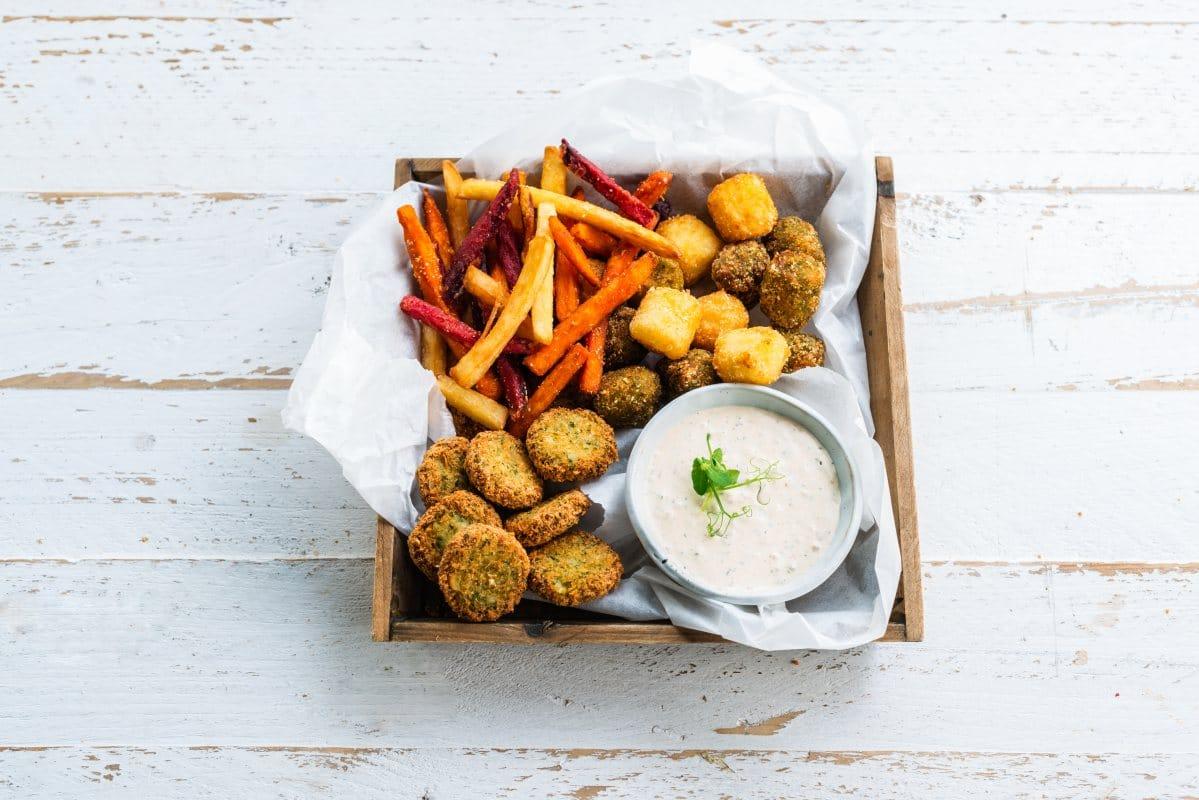 Tapasteller mit Falafeln und Gemüsepommes und MAyonnaise von Ardo / snackconnection