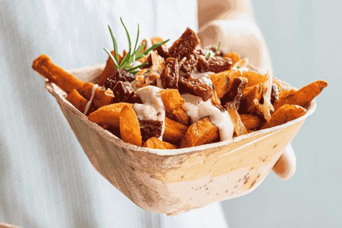 Süßkartoffelpommes mit Rote Beete Crispies von Ardo in einer Papierschüssel / snackconnection