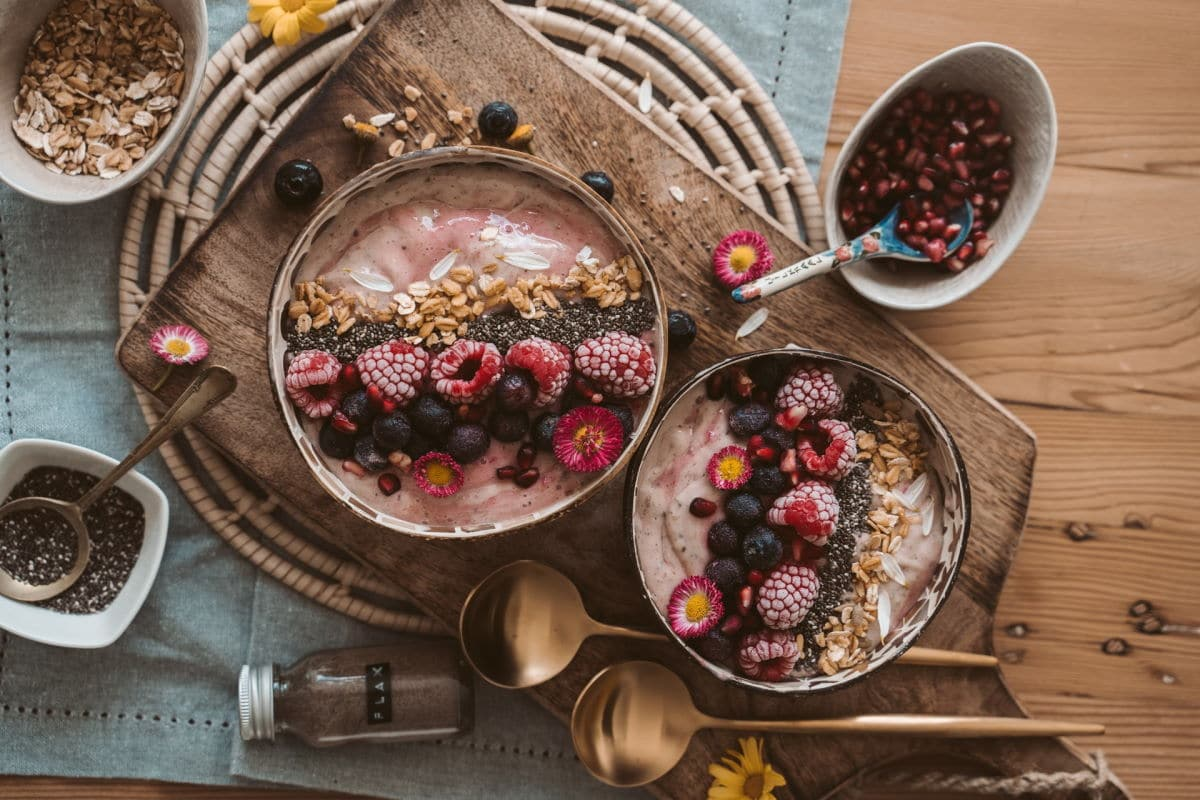Smoothiebowls mit Toppings: Beeren, Superfoods / snackconnection