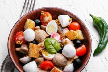salad Caesar with grilled chicken,croutons, quail eggs,tomatoes and cheese / snackconnection