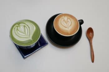 Kaffee mit Superfoods in zwei Tassen mit einem Löffel / snackconnection