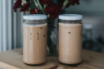 Kaffee in zwei Schraubgläsern / snackconnection
