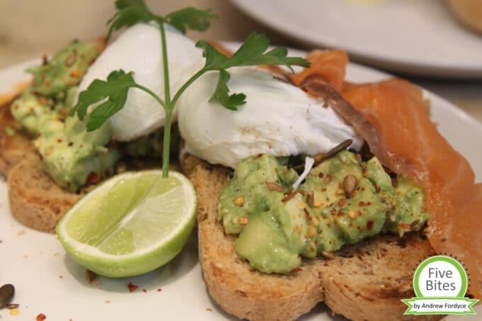 Avocado Toast pochiertes Ei Andrew´s Five Bites