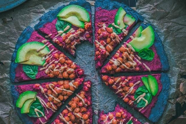 Vegane Pizza Avocado Kichererbsen