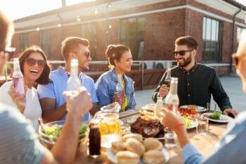 Junge Menschen essen gemeninsam