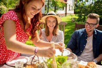 Junge Menschen essen Salat vegan
