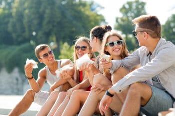 Junge Menschen snacken im Park
